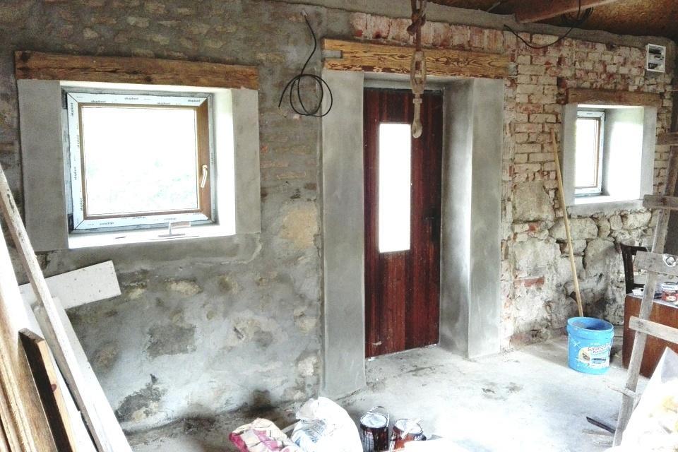 """..our rustic cottage.. - Práce v baráčku jsou v plném proudu, """"bohužel"""" uměle dodělané dřevěné překlady. Vyzděné rámečky okolo oken budou jak zevnitř, tak z venku a budou natřené bílou barvou.."""