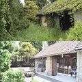 ..srovnávací - stodola s terasou před rokem a dnes. Můj muž tvrdí, že už tenkrát viděl, to co je tam dnes ;-)