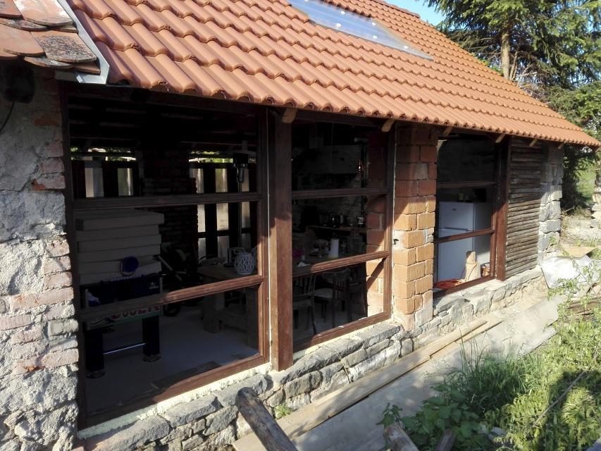..our rustic cottage.. - Zasklená strana stodoly, konečně už nefouká. :-) Původně měl být čirý polykarbonát, ale nakonec jsme zvolili kalené sklo.