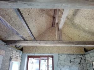Už se blížíme ke konci se střechou v domku, zbývají jen boky, očistit trámy a vymalovat strop! :-)