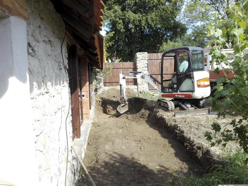 ..our rustic cottage.. - Bagrujeme předzahrádku, zákoutí s kytkami a malými stromky, bude ni parádní výhled z interiéru stodoly.
