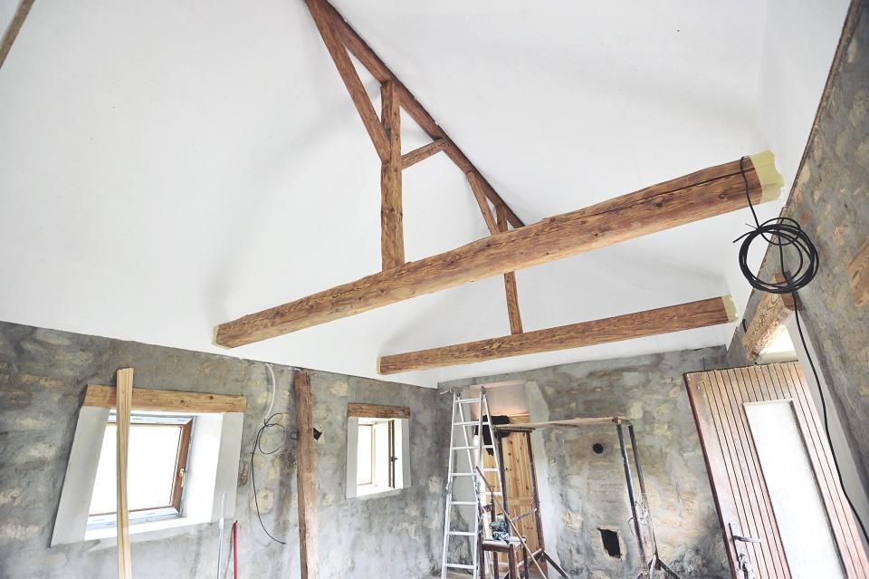 ..our rustic cottage.. - Co nevidět už tu budeme spát :-), očištěné trámy ještě nalakujeme, dodělá se elektrika pár drobností a je to :-)