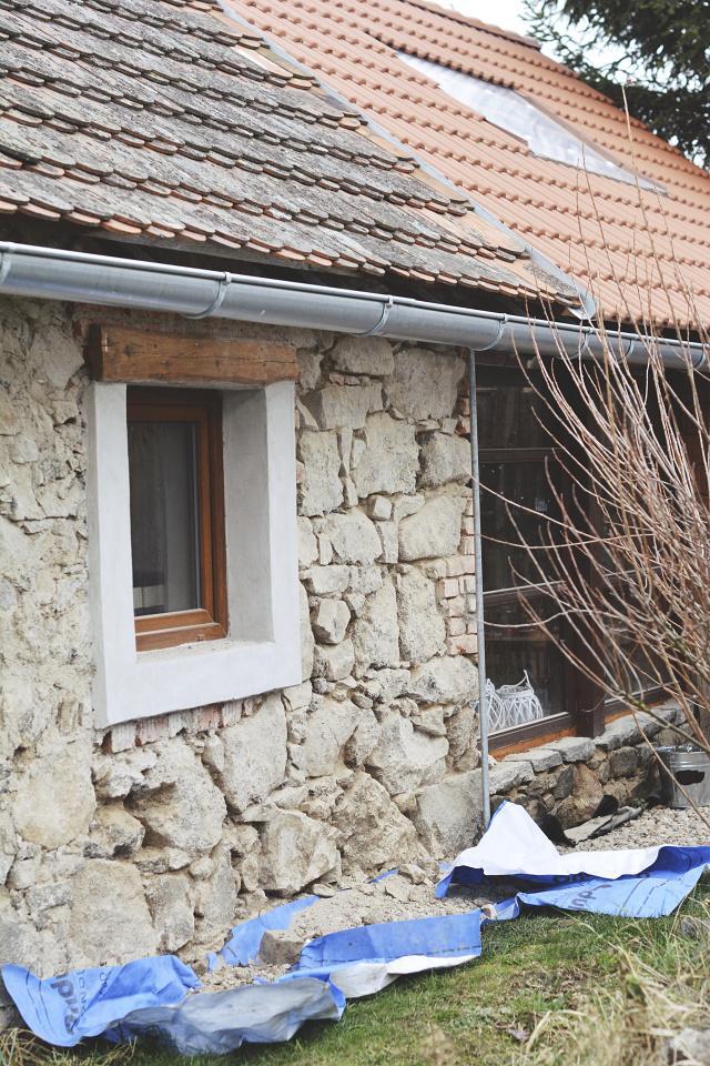 ..our rustic cottage.. - tak a máme tu další kapitolu, vyboucháváme spáry z venku