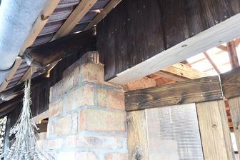 Je zima a pracovní tempo opět stoupá :-). Mezera mezi trámem a dveřmi odstraněna, již nám tam ptáci nevlétnou. Až bude tepleji, zatěsníme mezery mezi dřevem a sloupem a natřeme dřevo.