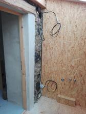 Elektrika již hotova i v koupelničce, jen se dodělá zásuvka a světla. Ale to necháme asi až po usazení zrcadla a umyvadla.