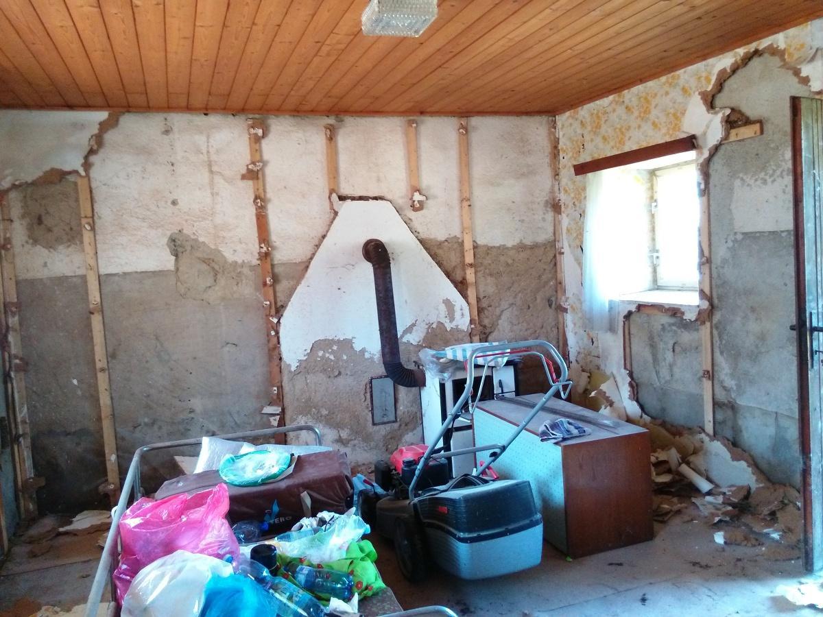..our rustic cottage.. - Ještě před úplnou demontáží nějakých vláknitých desek ze stěn místnosti.