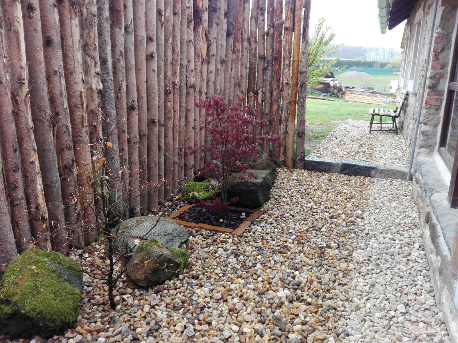 """..our rustic cottage.. - Již finální předzahrádka, letos dosadíme ještě malé keříky a nebo bylinky (možná šalvěj) a nanosíme více kamenů, aby zde bylo takové """"romantické"""" zákoutí."""