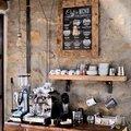 Kávový koutek, již dodělaný, ještě přibyla polička na hrnečky.