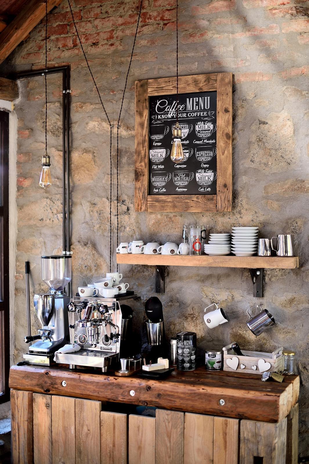 ..our rustic cottage.. - Kávový koutek, již dodělaný, ještě přibyla polička na hrnečky.