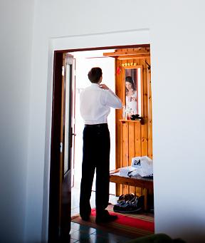 Alena{{_AND_}}Miroslav - foto, ktora porusuje fyzikalne zakony- pred zrkadlom zenich a v odraze nevesta :D