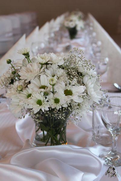 Zeleno- zlata vyzdoba s chryzantemami - Takto vyzeraju chryzantemy na stoloch