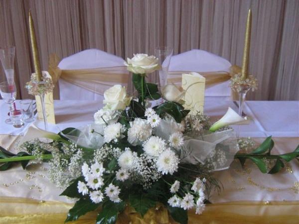 Zeleno- zlata vyzdoba s chryzantemami - Aj v ikebane na hlavny stol