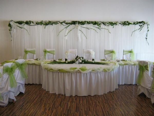 Zeleno- zlata vyzdoba s chryzantemami - Tento hlavny stol ma zaujal