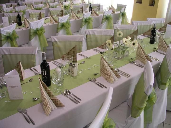 Zeleno- zlata vyzdoba s chryzantemami - Organzu na stolickach by som chcela olivovozelenu a tu v strede stola priesvitnu so zlatym potlacenym motivom