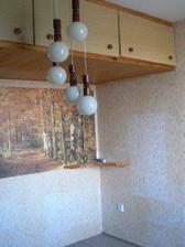 ložnice - šílenej lustr a naprosto nepraktický skříňky u stropu