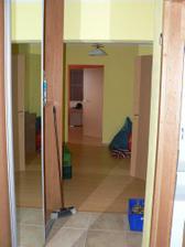 vlevo vestavěné skříně