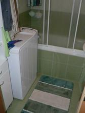 Koupelna - vana se zástěnou.