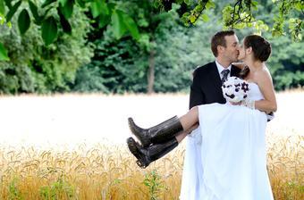Vždy som sa chcela fotit na svadbe v gumákoch...Janko nechcel aby som sa.... Nakoniec mi to doprial osud...bolo blato : ))))