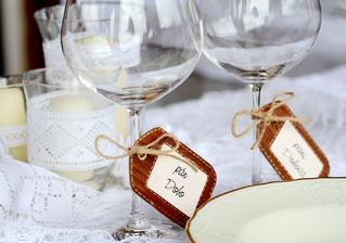 malisme jednoduché poháre...klasické na červené vínko...menovky ma napadli asi 2 týždne pred svadbou...a podarilo sa