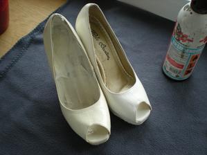 jedna bota už nastříkaná na bílo - původně byla slonová kost barva, ale nehodí se tak stříkám na bílo a podpatek musím vyčistit a přestříkat taky a pak dolepim háčkované ornamenty.