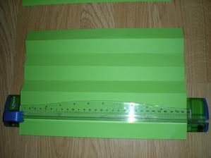 přeložený papír A4 nedříve na pul pak ty dvě pulky zase na pul a pak každý z dílu ještě na pul a to je klasický rozměr pásků, ty se potom nařežou na řezačce na jednotlivé pásky.