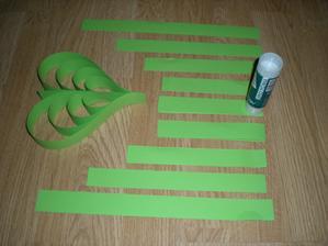 rozmístění předpříprava pásků na jedno srdíčko. vždy jsou stejně dlouhé tři uprostřed - prostřední ke kterému se pak všechny lepí.