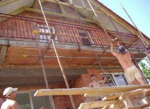 Zadná časť domu - balkón. Vrchný štít sa bude tiež zateplovať a omietať.