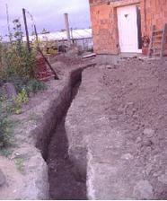 Vykopaná jama na prípojky IS (cca 10 m k domu)
