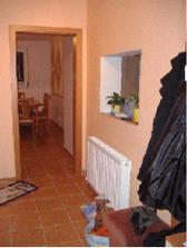 Pohľad z chodby smerom do kuchyne. Cez to malé okienko je vidno aj do obyvky.