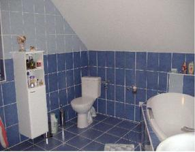 Kúpelka v podkroví. Je v nej WC,...
