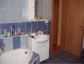 Pohľad z kúpelky do chodby.