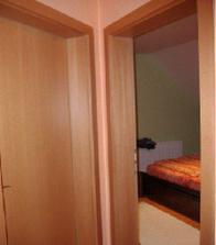 """Otvorené dvere sú do spálne, zavreté vedú do """"bordelovej"""" izby."""