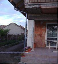Kúsok terasy a bočná záhradka. Sú tam jahôdky, rajčiny a papriky posadené.