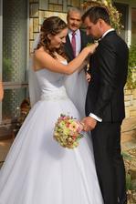 před domem nevěsty :-)