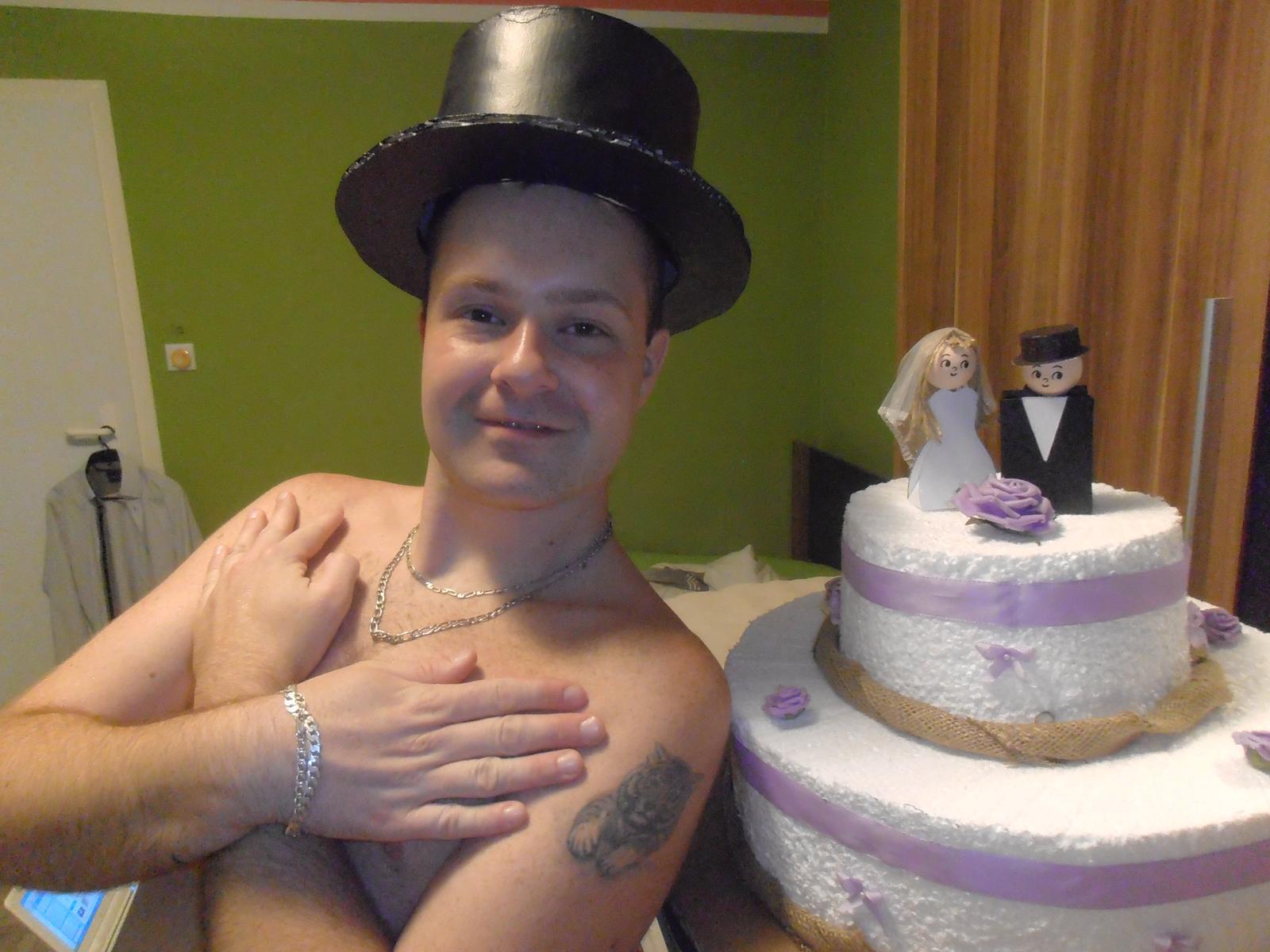 Domácí tvorba :) - ...nesmí chybět ani klobouk na auto ženicha!