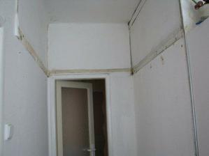 zbouraný úložný prostor v chodbičce
