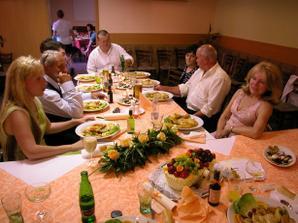 hostina - hl. jídlo (zapečený kuřecí plátek se sýrem, šunkou a s broskví, americké brambory, resty