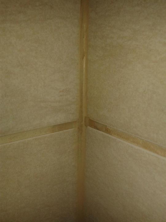 AKCE KAZET - spárovací hmota na wc v rohu. V rozích jsme chtěli silikon, dali spárovací hmotu, takže tu měli vyškrábnout a zasilikonovat.
