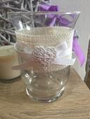 Ozdobná váza s bílým srdíčkem,
