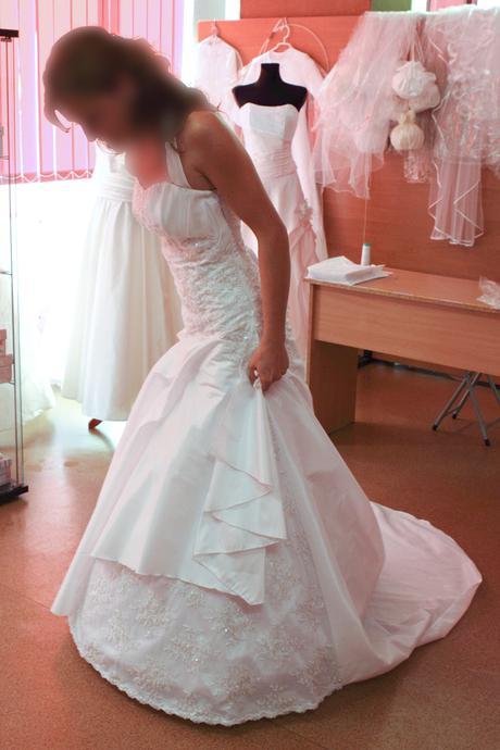 Bíle svatební šaty s perličkami - Obrázek č. 1
