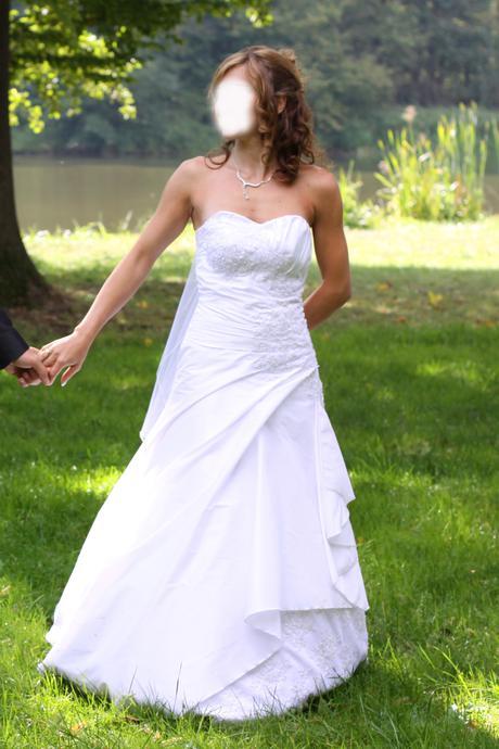 Bílé svatební šaty s perličkama - Obrázek č. 1
