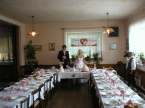 slavnostní tabule do růžova