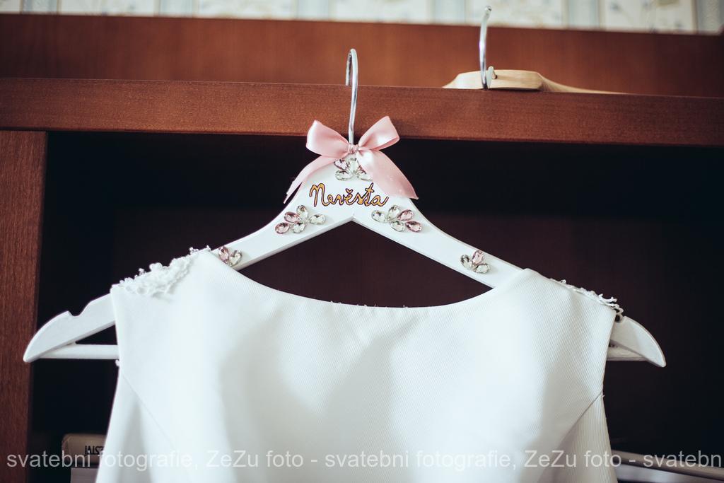 Dominika{{_AND_}}Dominik - Detail šatů - ramínko vlastní výroba