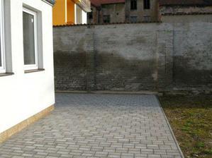 Terasa vlevo (zed neni vlhka, jen 2 ruzne odstiny nastriku. Bohuzel je sousedova a my s tim nemuzeme nic delat,)