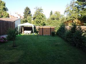 letni rano - zahrada je orientovana na zapad