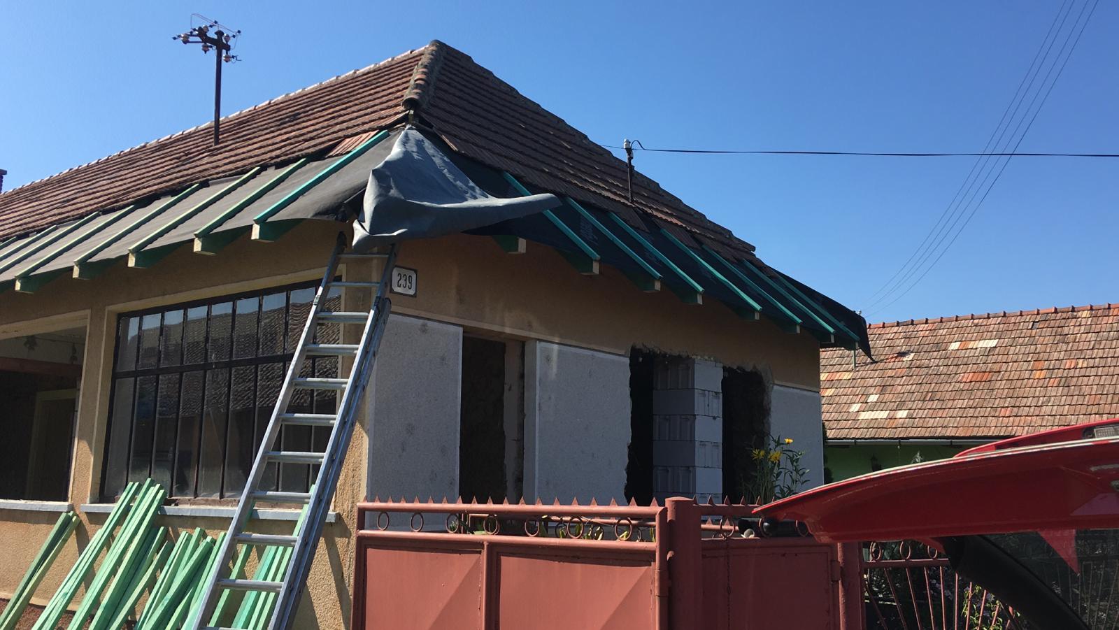 Hlinená chalupa a jej premeny, part 3 Výmena strechy, okien a vitráže