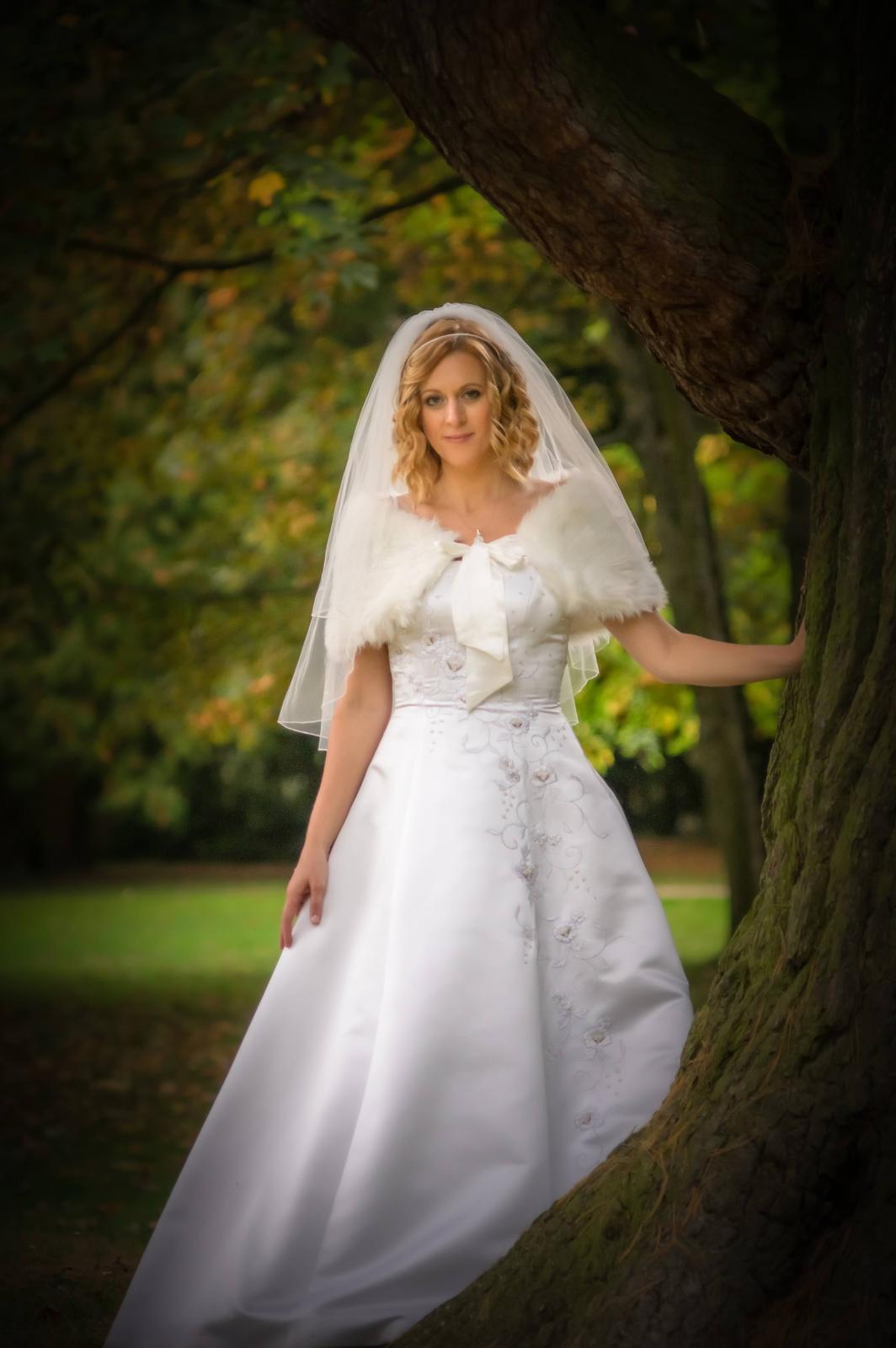 Luxusní svatební šaty s vlečkou 38-42 - Obrázek č. 1