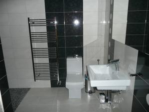 spodná kúpelňa bez zapálených svetiel