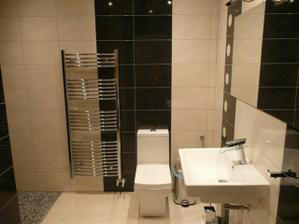 spodná kúpelňa so zapálenými svetlami