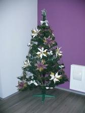 náš vianočný stromček, vzhľadom na to, že máme malého kocúrika, ktorého všetko zaujíma, sme to museli riešiť iba kvetmi a bez gúľ